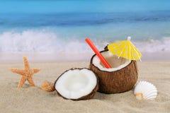 De cocktaildrank van het kokosnotenfruit in de zomer op het strand en het overzees Royalty-vrije Stock Foto's