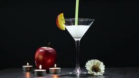 De cocktailmengeling verandert kleur stock videobeelden