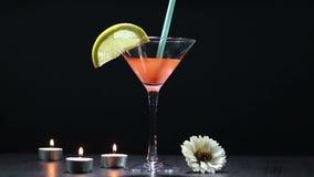 De cocktailmengeling verandert kleur stock video