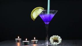 De cocktailmengeling verandert kleur stock footage