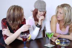 De cocktails die van vrouwen wth po spelen Royalty-vrije Stock Afbeelding