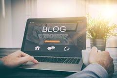De codage die van de het woordcodeur van de Bloggingsblog laptop met behulp van royalty-vrije stock afbeeldingen