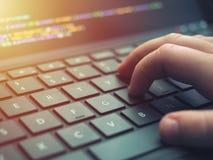 De codage van de close-upprogrammeur op het scherm Handen die HTML coderen en op laptop het scherm, Webontwikkeling, ontwikkelaar stock afbeelding