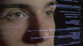 De codage van de computerprogrammeur op futuristische holografische vertoning stock video