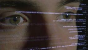 De codage van de computerprogrammeur op futuristische holografische vertoning stock videobeelden