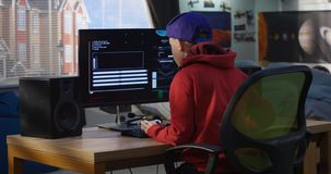 De codage van de programmeursjongen op zijn computer stock afbeeldingen