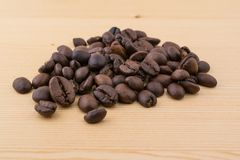 De Coffebonen op houten lijst sluiten omhoog Stock Foto