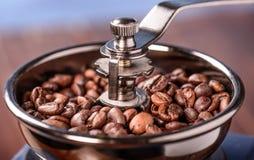 De Coffemolen is volledig met coffebonen Royalty-vrije Stock Foto