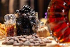 De cognac of de brandewijn van de close-upluxe in kristal om fles met noten, snacks, gedroogde pruimen Concept het blinde proeven stock foto's