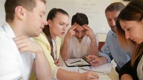 De collectieve van het commerci?le vergadering teamwerk op kantoor Vijf de Kaukasische Onderneemster People Group Talking van Zak stock videobeelden
