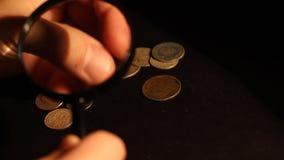 De collector onderzoekt Oude Muntstukken stock video