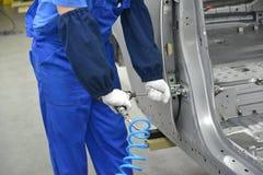 De collector schroeft een detail op een autolichaam de pneumatische schroef royalty-vrije stock afbeelding