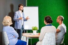 De Collega's van zakenmangiving presentation to stock foto