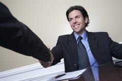 De Collega van zakenmanshaking hand with stock foto's