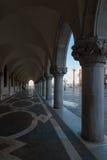 De colonnade bij St het Vierkant van het Teken in Venetië, Italië Stock Foto