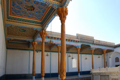 De colonnade in de binnenplaats van de Vrijdagmoskee in Boukhara Stock Afbeeldingen
