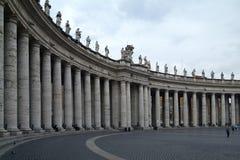 De colonnade rond St. Peter vierkant stock afbeeldingen