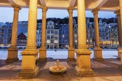 De Colonnade van de molen in Karlovy variërt royalty-vrije stock afbeelding
