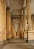 De Colonnade van de molen in Karlovy variërt Royalty-vrije Stock Foto