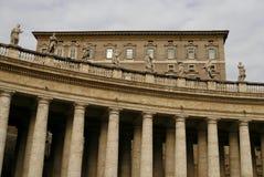 De colonnade van St. Peter Basiliek in Vatikaan Stock Foto's