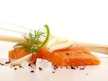De color salmón - los pescados cortan con pimienta fotografía de archivo