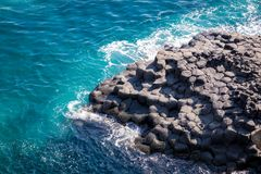 De columnar skarvarna för Daepo Jusangjeolli basalt i den Jeju ön, så Royaltyfri Fotografi