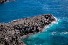 De columnar skarvarna för Daepo Jusangjeolli basalt i den Jeju ön, så Royaltyfria Foton