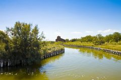 De Comacchio dalarna ?r bekanta ?ver hela v?rlden f?r ?lfiske - den Ferrara f?r skyddat omr?de f?r UNESCO staden - Emilia Romagna royaltyfria bilder