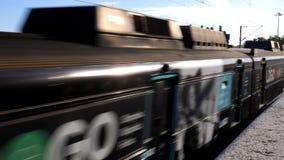 De Combiosde Portugal trein gaat de idyllische kustlijn van Cascais, Portugal over stock video