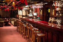 De comfortabele Karaoke - Clubfarao met houten stoelen en decoratie Royalty-vrije Stock Foto