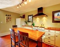 De comfortabele Witte keuken van de ambacht met groene muren Stock Foto