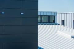 De commerciële bouw met lang muur en dakbureau Stock Fotografie