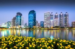 De commerciële bouw in de schemering van Bangkok royalty-vrije stock foto