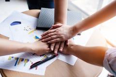 De commerciële groep, Handen die zich samen groepswerk bij concepten aansluiten, werkt project, Dwarsverwerking en nieuwe tendens stock afbeeldingen