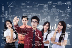 De commerciële teamleider verklaart plan op blauw Stock Afbeeldingen