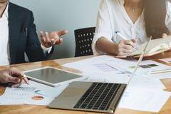 De commerciële teamvergadering in een bureau, de advocaten of de procureurs bespreken stock afbeelding