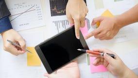 De commerciële vergadering met dichte omhooggaand en toont lege het schermtablet stock afbeeldingen