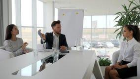 De commerciële vergadering van zakenlui in het moderne bureau, Kandidaat en interviewer bespreken besluit van contract, stock videobeelden