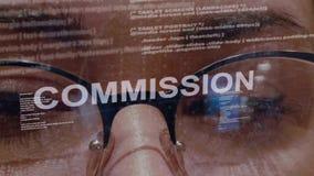 De Commissie tekst op achtergrond van vrouwelijke ontwikkelaar stock videobeelden