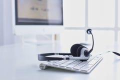 De communicatie steun, call centre en klantendiensthelpdesk VOIP-hoofdtelefoon op laptop computertoetsenbord royalty-vrije stock afbeeldingen