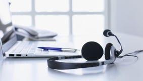De communicatie steun, call centre en klantendiensthelpdesk VOIP-hoofdtelefoon op laptop computertoetsenbord stock afbeeldingen