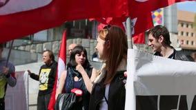 De communistische partijverdedigers samen met Nationale Bolsheviks nemen aan een verzameling deel merkend de Meidag stock video