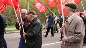 De communistische partijverdedigers samen met Nationale Bolsheviks nemen aan een verzameling deel merkend de Meidag stock footage