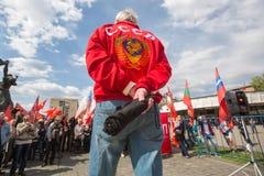 De communistische partijverdedigers samen met Nationale Bolsheviks nemen aan een verzameling deel merkend de Meidag in het centru Stock Afbeeldingen
