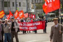 De communistische partijverdedigers samen met Nationale Bolsheviks nemen aan een verzameling deel merkend de Meidag in het centru Royalty-vrije Stock Afbeeldingen