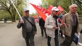 De communistische partijverdedigers samen met Nationale Bolsheviks nemen aan een verzameling deel merkend Meidag stock videobeelden