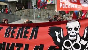 De communistische partijverdedigers samen met Nationale Bolsheviks nemen deel stock footage