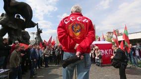 De communistische partijverdedigers samen met Nationale Bolsheviks nemen deel stock videobeelden