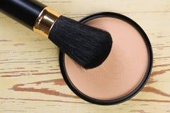 De compacte borstel van de make-up en kosmetisch poeder Stock Foto