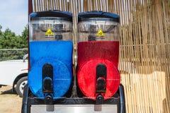 De compacte Tweelingsneeuwbrijmachine kan uw klanten van twee heerlijke aroma's voorzien stock foto's